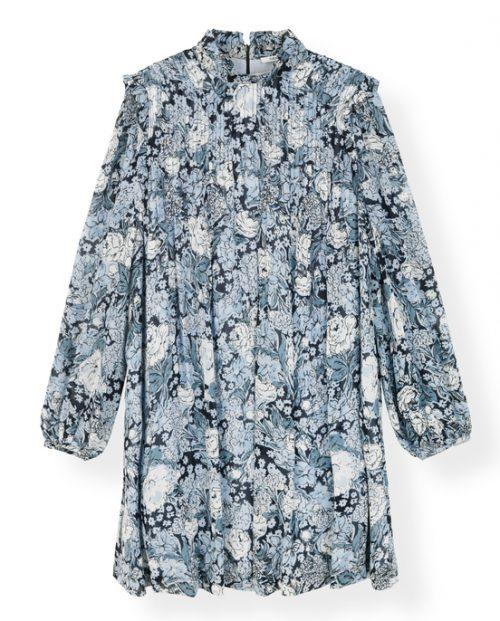 Elm Dress fra Ganni En flatterende kjole i nydelig blått blomster print. Denne kjolen er nok en bestselger da den er romslig i størrelsen