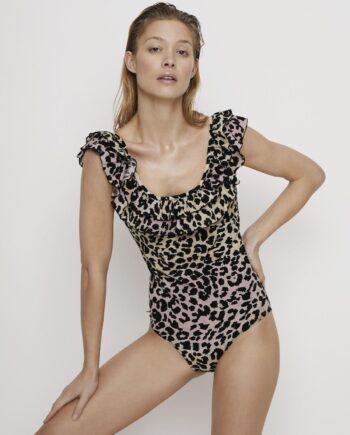 En berusende blanding av ruffles og leopard print gjør denne morsomme badedrakten en enkel ferie favoritt. Den har en flatterende scoop neckline med et dobbeltlag av ruffles og en gradient pastellfarve.